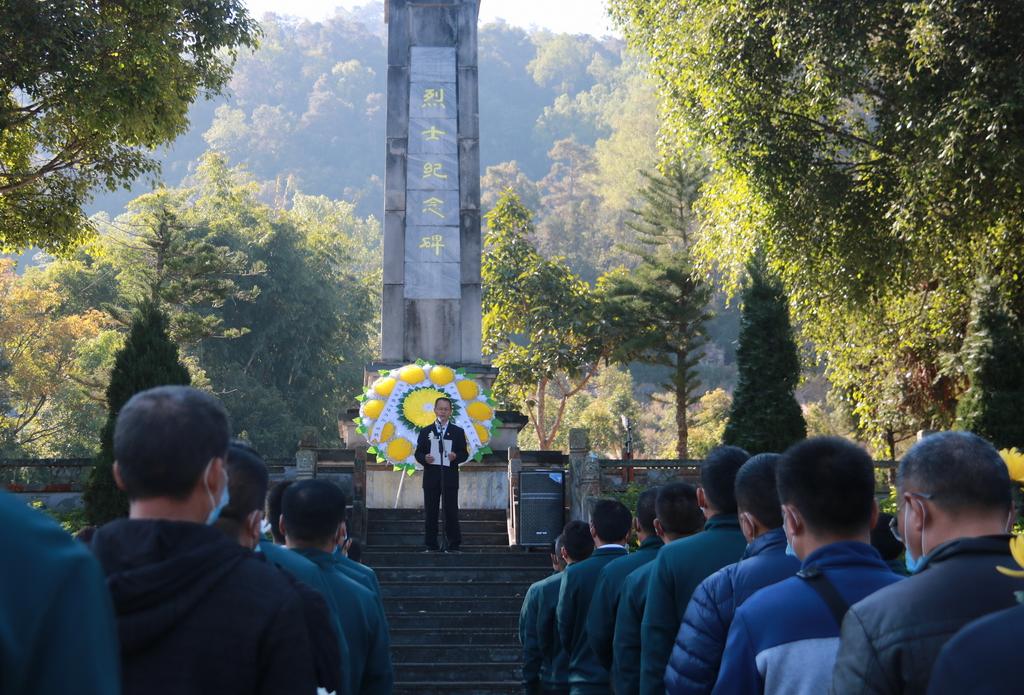 """梁河县教体局举行""""徒步踏青山,缅怀忠烈魂""""工会活动"""
