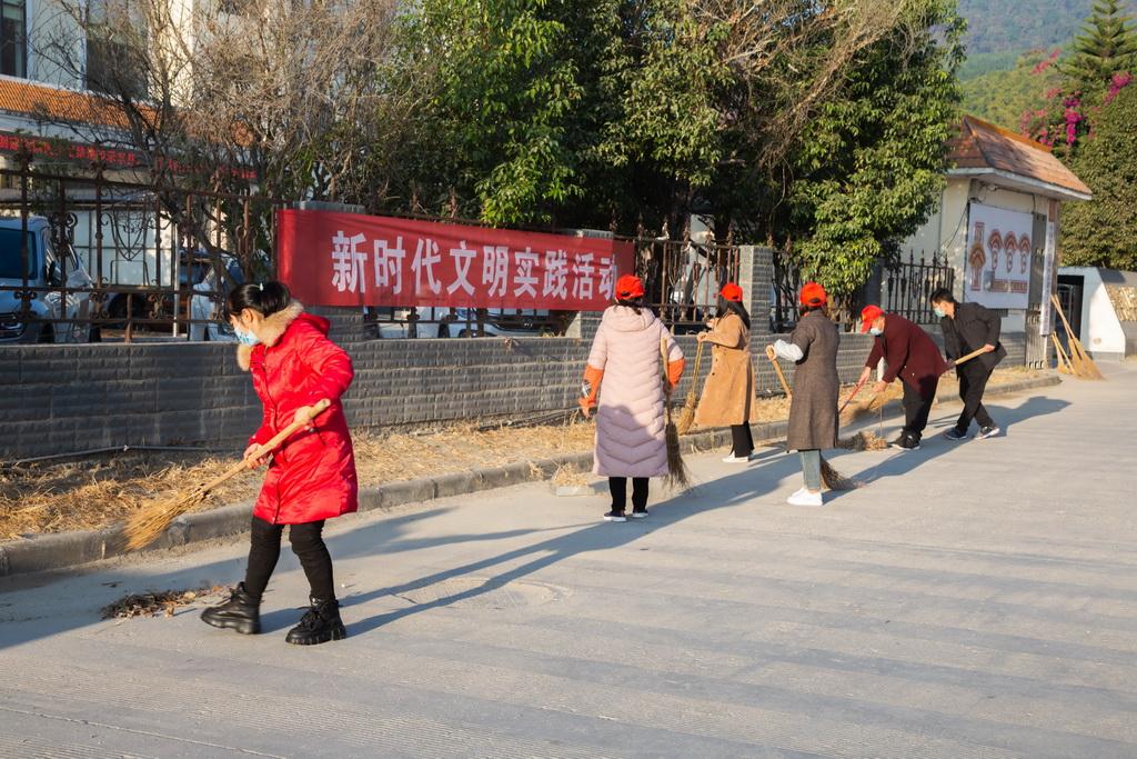 """梁河县教体局开展""""新时代文明实践""""爱国卫生八个专项行动志愿服务活动"""