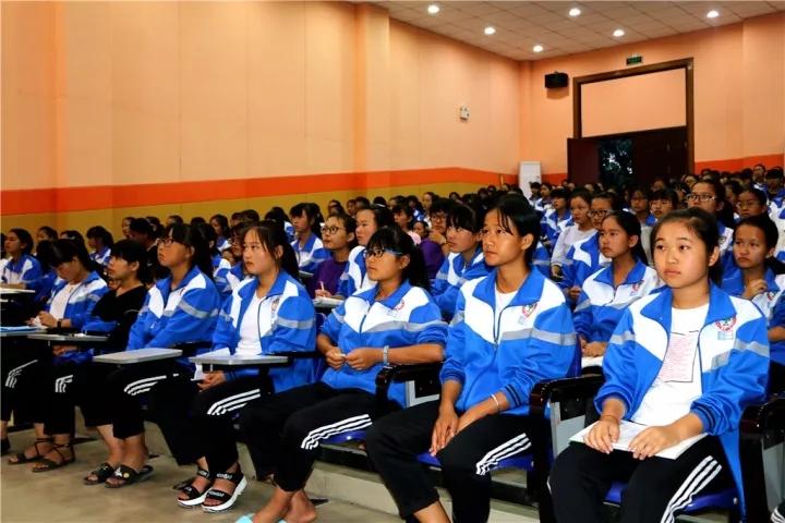 梁河一中举办青春期健康知识教育专题讲座