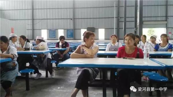梁河一中召开学生食堂食品安全及食堂员工培训会