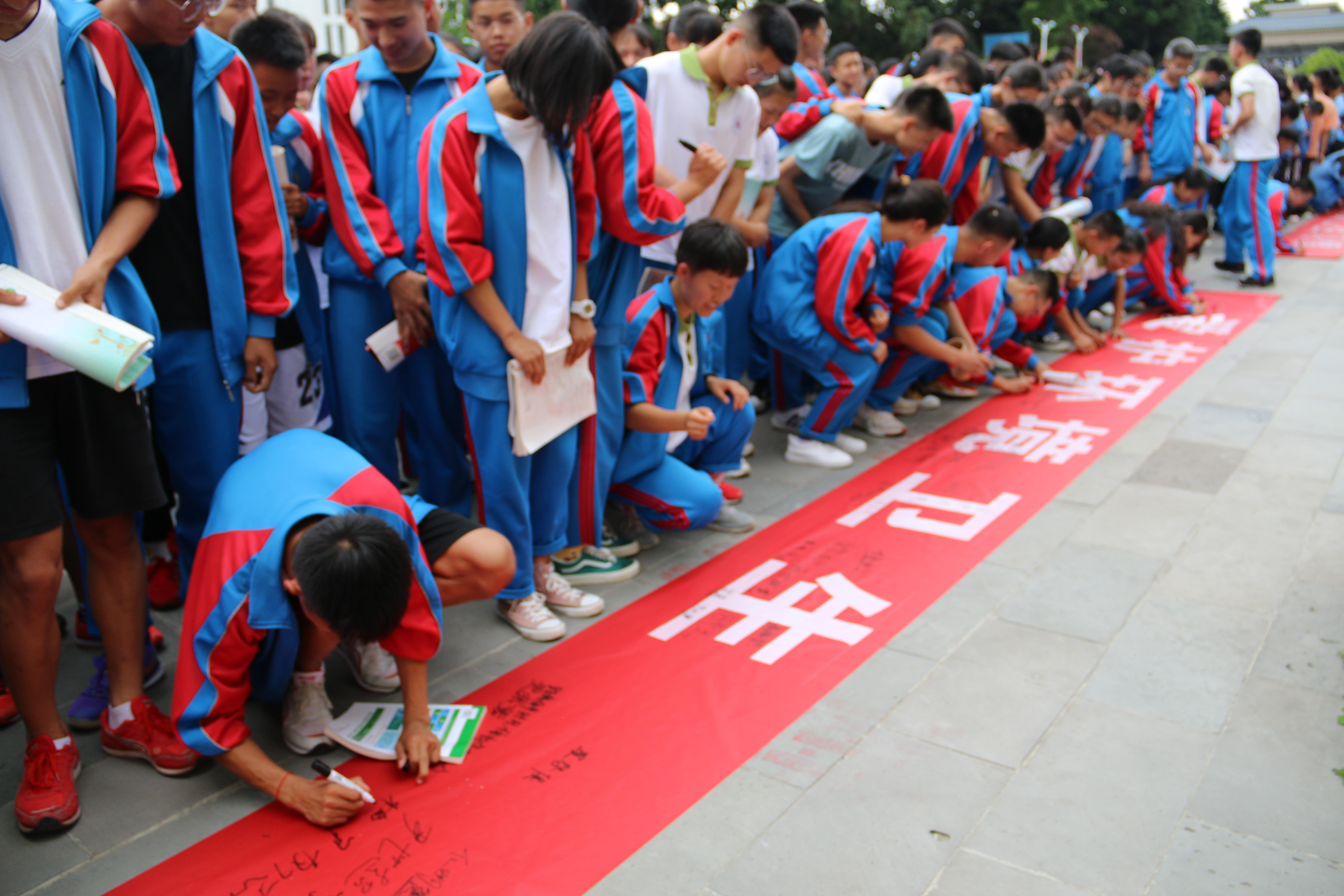 做文明梁中人,从爱护环境卫生做起 --- 梁河县第一中学组织召开爱国卫生运动启动仪式