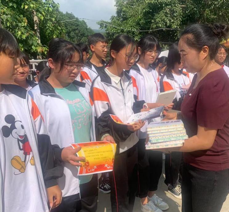 梁河县芒东民族中学2021年春季学期作文竞赛活动