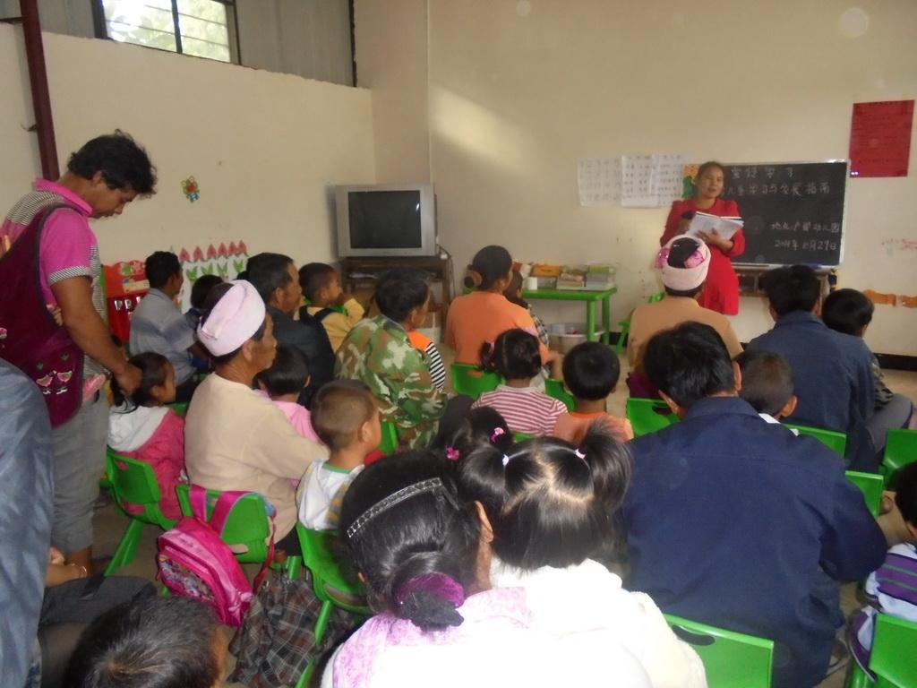 户那小学幼儿园于2014年10月30日下午组织幼儿园老师带领学生学习3-6岁儿童学习发展指南,并向家长宣传发展指南的内容。主讲教师主要对《指南》中艺术领域美术活动进行了深入的解析,详细阐述了《指南》中艺术领域美术活动的发展目标与教育建议,通过实例,生动地讲解了在教学中能够有效帮助和促进幼儿学习与发展的教育途径与方法。 通过此次宣传学习让科学育儿知识走进了千家万户。