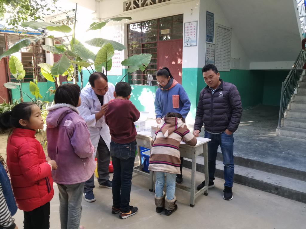 芒东镇卫生院到洒坞小学接种流感疫苗