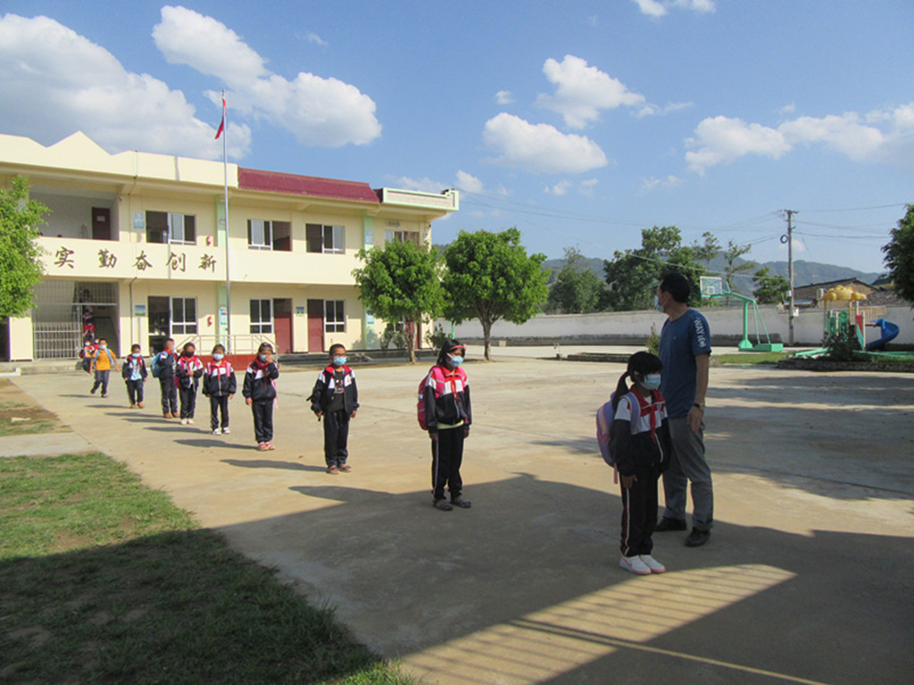 芒东镇户那小学组织学生有序入学