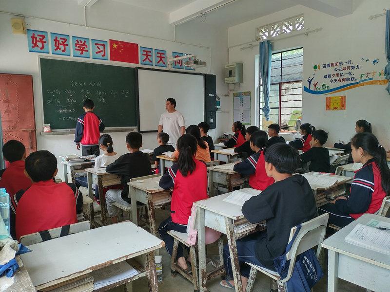 芒东镇帮别小学组织教师开展二期教师公开课活动