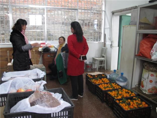 梁河县幼儿园领导班子对园内进行安全检查